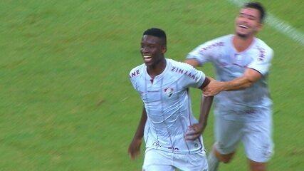 Gol do Fluminense! Nenê cruza na área. Luiz Henrique aparece e bate de primeira para marcar, aos 32 do 1º