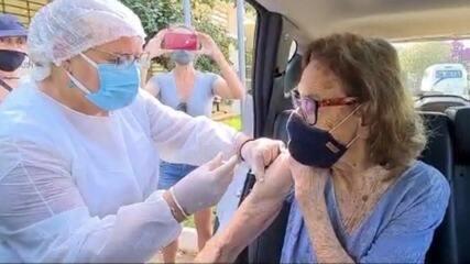 Laura Cardoso é vacinada contra a Covid-19