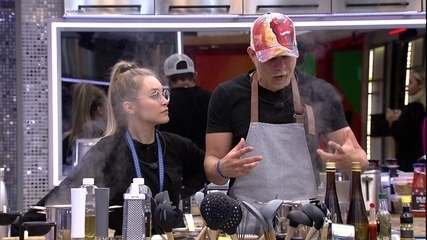 Carla Diaz questiona o Caio sobre o almoço e eles fazem uma brincadeira