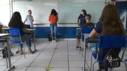 Após quase um ano, alunos retornam às aulas presenciais na rede pública de SP