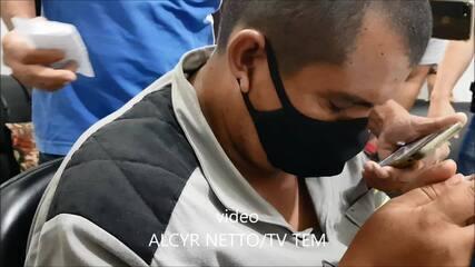 Homem suspeito de matar a esposa e a enteada de 9 anos é levado à delegacia de Marília