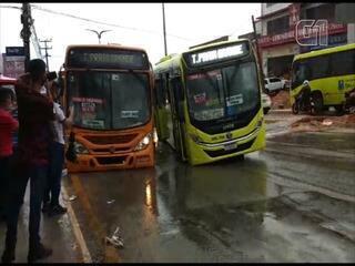 Ônibus cai em cratera na Avenida Jerônimo De Albuquerque, em São Luís
