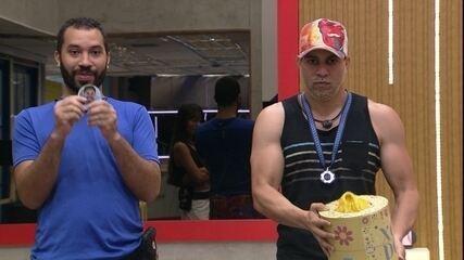Rodolffo e Gilberto são sorteados para fazer as compras do grupo Xepa