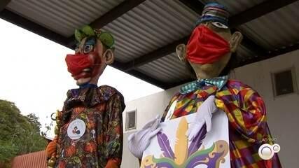 Bonecões de Salto são espalhados pela cidade com máscaras após cancelamento do carnaval