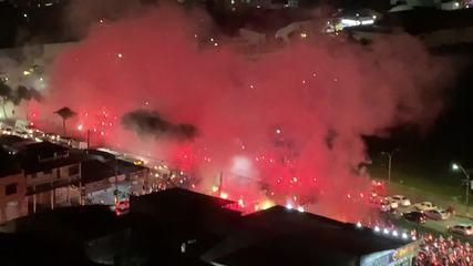 "Torcida do Fortaleza aglomera e faz ""rua de fogo"" antes de jogo contra Bahia"
