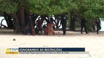 Fiscalização flagra pessoas na praia mesmo com decreto proibindo acesso a esses espaços