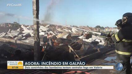 Incêndio atinge galpão no bairro de Valéria, em Salvador; não houve feridos