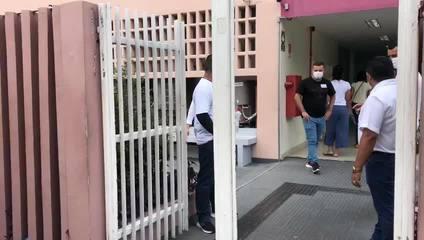 Zona Central da capital, poucos estudantes aguardam a abertura dos portões.