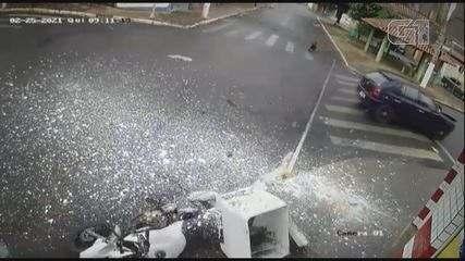 Entregador de tintas colide com carro em Guariba, SP