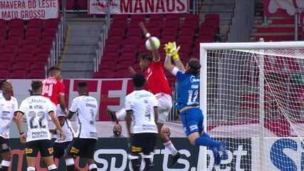 Não valeu! Moisés cruza na área, Abel disputa com Cássio, Edenílson finaliza para o gol, mas árbitro já havia marcado falta no goleiro, aos 43 do 2º