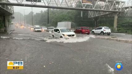 Forte chuva causa alagamentos em João Pessoa