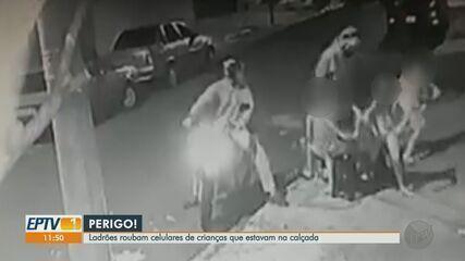 Ladrões roubam celulares de crianças sentadas na calçada em Ribeirão Preto, SP