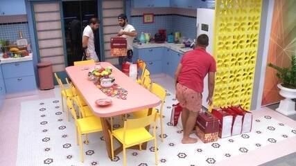 Brothers pegam compras da Xepa e Gilberto comenta: 'É pouquinho, olha o Vip como é muito!'