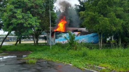 Incêndio atinge Praça de Eventos em Poá nesta sexta-feira
