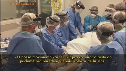 Equipe do Hospital de Clínicas de Porto Alegre faz manobra de prona em paciente