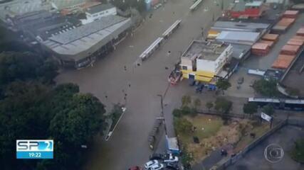 Chuva alaga ruas de São Paulo neste sábado