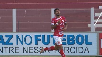 Gol do Vila! Pedro Júnior encobre o goleiro com cabeceio, aos 30 minutos!