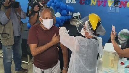 Idoso do grupo de 69 anos é vacinado em Manaus