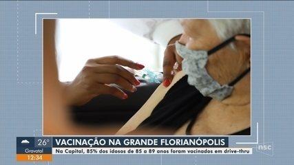 Florianópolis vacina 85% dos idosos de 85 a 89 anos em drive-thru