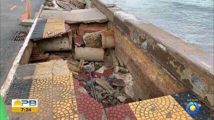 Calçada e ciclovia cedem e abrem buraco na orla de João Pessoa