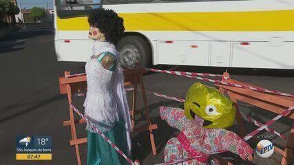 Moradores usam bonecas para chamar atenção de buraco em Ribeirão Preto