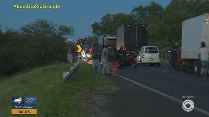 Colisão entre caminhão e ônibus deixa o trânsito interrompido na BR-290, em Porto Alegre