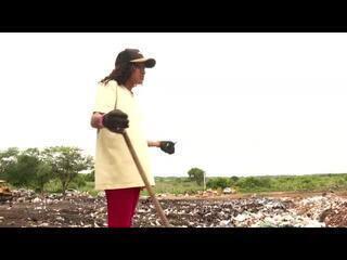 Sem Bolsa Família, jovem de 19 anos passa a trabalhar no lixão para a driblar a fome