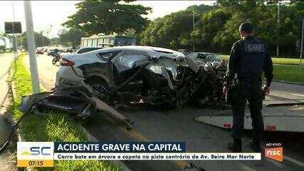 Carro bate em árvore e capota na pista em Florianópolis