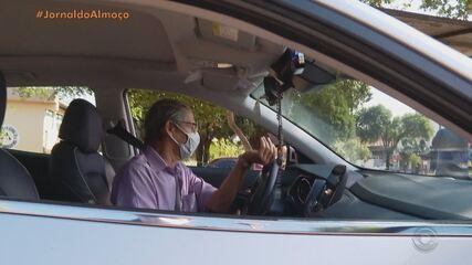 De graça, taxista leva idosos para vacinar contra Covid-19 em Santo Ângelo