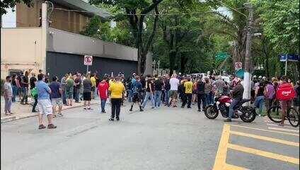 Manifestantes fazem ato na frente da casa do governador João Doria neste domingo (7)