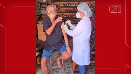 Mestre Espedito Seleiro recebe primeira dose de vacina contra Covid, em Nova Olinda