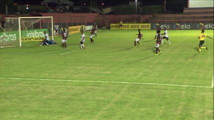 Gol do Vitória! David recebe de Catatau sem goleiro, na pequena área, e só empurra para o gol, aos 27' do 2T