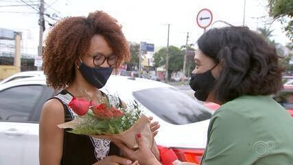 Jovem que vendia flores em semáforo é contratada em multinacional de Sorocaba