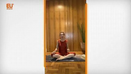 Adriana Camargo ensina a Matsyendrasana, uma postura de yoga que alivia os sintomas da endometriose