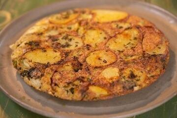 Tortilla de batata com casca e folhas de alho-poró