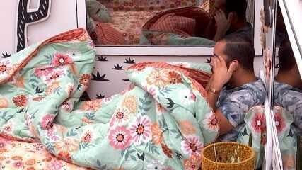 Gilberto sai da Festa do Líder Fiuk, chora sozinho no quarto, e diz: 'Limpa esse rosto'