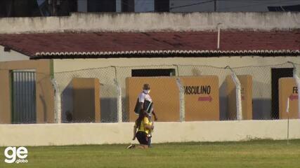 Mãe de presidente do Picos atravessa campo de joelhos após vitória na Copa do Brasil