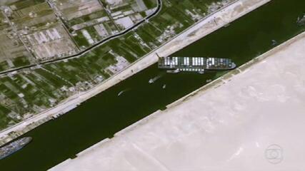 Cargueiro de 220 mil toneladas encalha no Canal de Suez