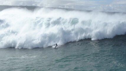 Surfistas encaram ondas de quase 20 metros no Gigantes de Nazaré, em Portugal