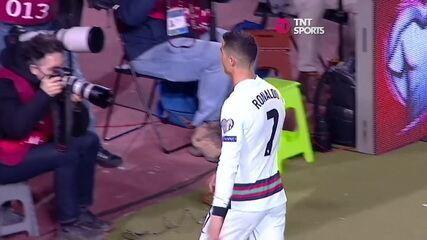 Cristiano Ronaldo se irrita com arbitragem e deixa o gramado em partida de Portugal contra a Sérvia pelas Eliminatórias da Copa