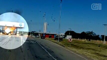 Vídeo mostra em outro ângulo quando caminhão bate em pedágio e pega fogo na BR-050