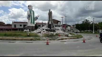 Estátua do Padre Cícero montada em praça na Grande Fortaleza desmorona