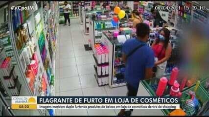 Câmera flagra momento em que dupla furta cosméticos de loja em shopping de Salvador