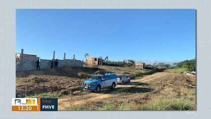 Operação para demolir construções irregulares é realizada em Volta Redonda