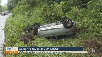 Motorista perde controle do veículo e carro capota da BR-415, sentido Ilhéus
