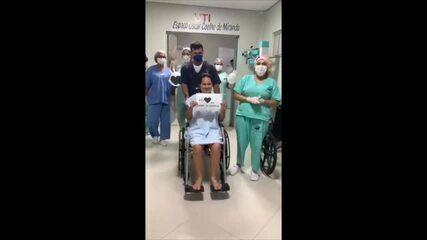 Jovem recebe alta após tratamento contra a Covid e é aplaudida por profissionais da saúde