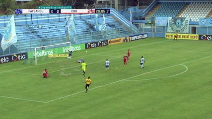 Diego Torres finaliza, sem goleiro, mas Perema se joga de carrinho e desvia a bola, aos 20 do 1ºT