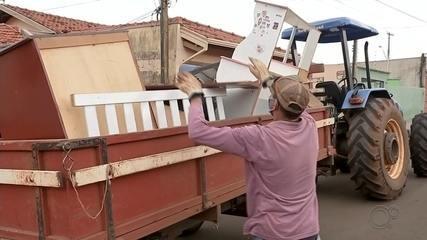 Caminhões percorrem bairros para recolher entulhos e combater dengue em Barra Bonita