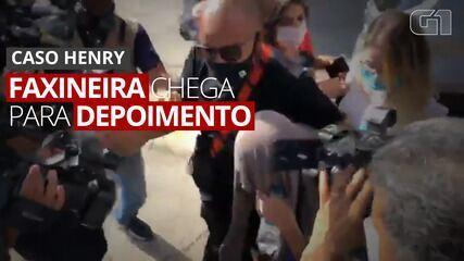 VÍDEO: Faxineira de Monique Medeiros chega à delegacia para prestar depoimento