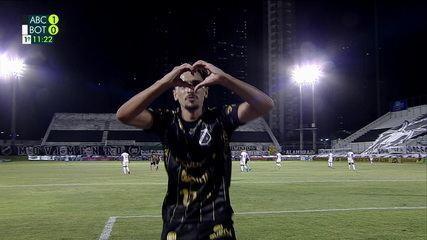 Maycon Douglas solta uma bomba de fora da área e marca um golaço contra o Botafogo